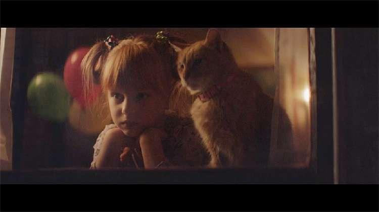 『パパ早く帰ってきて…』寂しがる女の子のために、猫が取った行動にホッコリ! 可愛いCMが話題に…♡