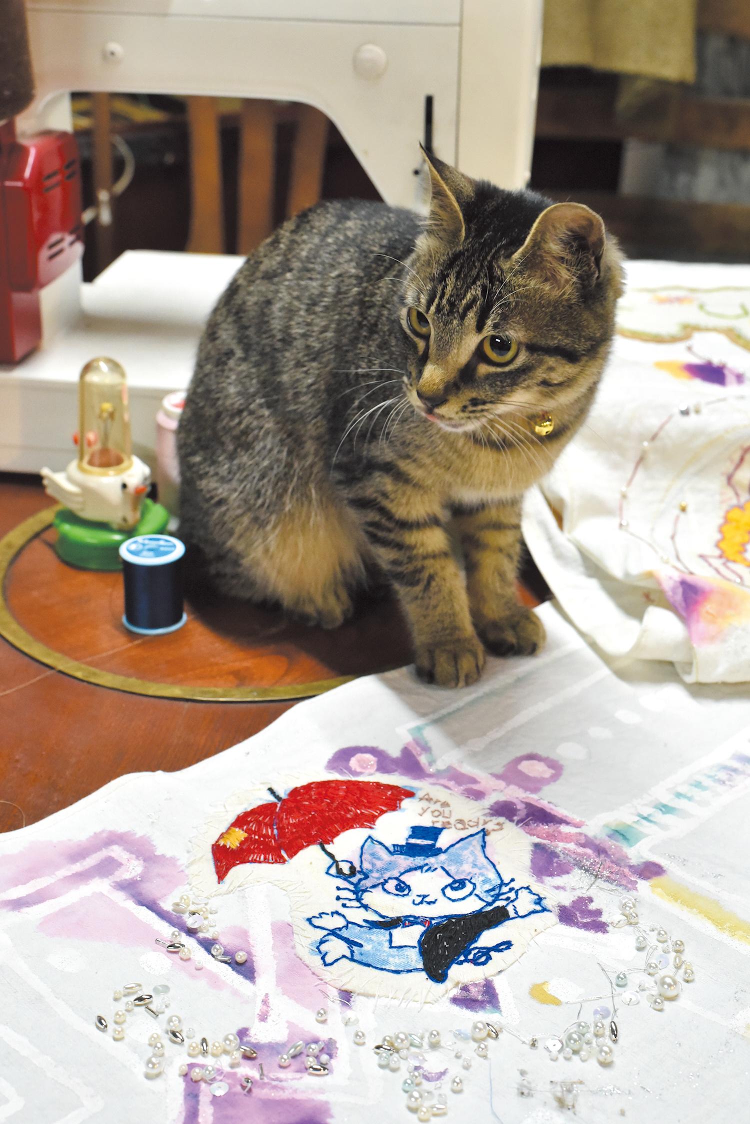 布にイラストを刺繍する多才っぷり。 店の外観写真も純代さん撮影。