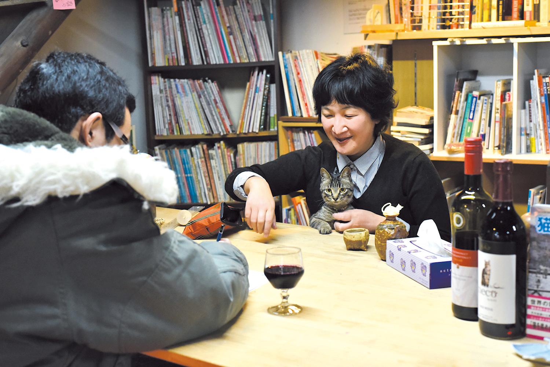「ほんの寄る会☆カルテ室」準備中の純代さんと助手テトちゃん