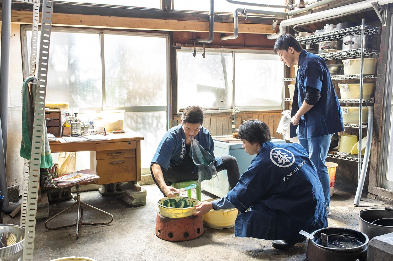 色糊を調整する作業を、若い職人たちと行う廣瀬さん。年齢層が低いのは珍しく、それが廣瀬染工場の特徴である。