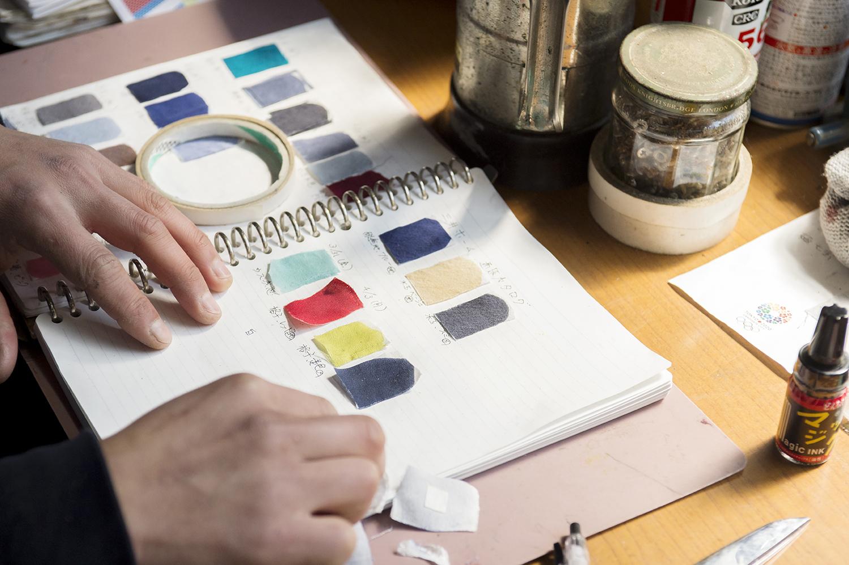 これまで作ってきた色糊は、すべてこのノートにサンプルとして残されている。