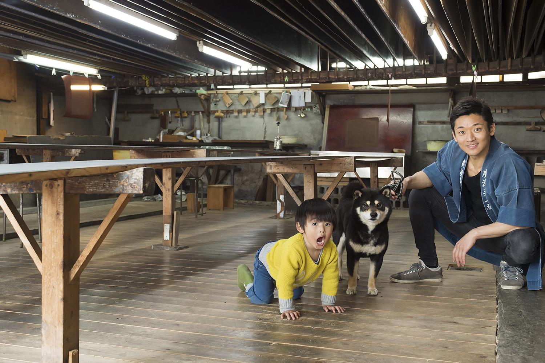 「五代目」貴一くんとともに工房内で。貴一くんとコモンと一緒にいる時の廣瀬さんは父親の顔をしている。
