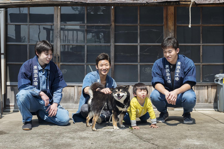 左から、職人・斉藤快典さん(この日入社2日目!)、廣瀬雄一さん、コモン、貴一くん、職人・船越智さん。