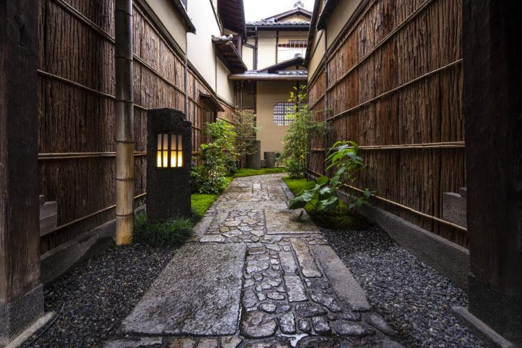 石畳の小道の先に広がる異空間