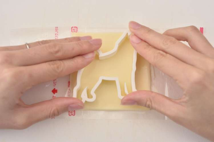 スライスチーズを2枚重ねにして、クッキー型で抜く。