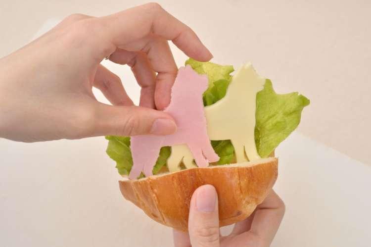 ロールパンにお好みでレタスなどをしき、型抜きしたチーズとハムを挟んで完成。