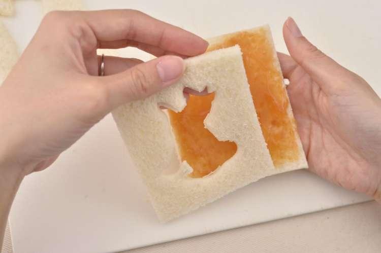 型抜きしたサンドイッチ用パンを重ねれば完成。