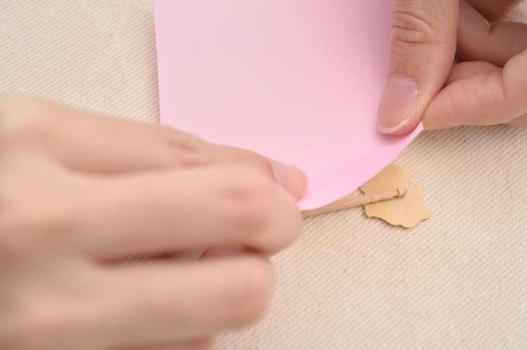 この紙を楊枝に沿わせて貼ると、表のシールがきれいに見える。