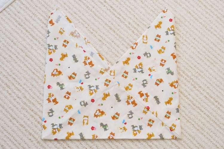 お弁当サイズに合わせて布を長方形に切るだけだから、裁縫をあまりしない人でも簡単に作れる。自然とマチもできる優れもの!