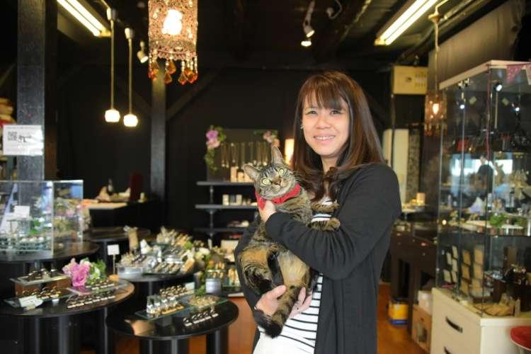 オーナー黒木衣美子さんと、しま君。「気軽に寄ってみてくださいね!」