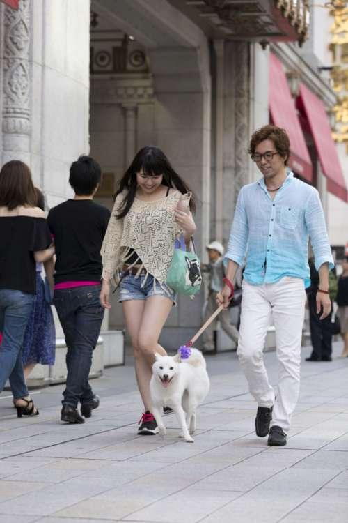 週末の繁華街は人通りも多く、ヴァイスもちょっと右往左往。それでも最近は都会暮らしにもだいぶ馴染んできたという。
