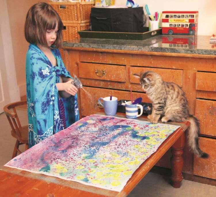 トゥーラは画家アイリスのアシスタント