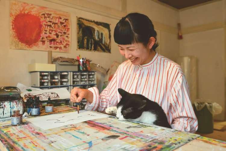 普段から爪先立ちで猫を支えながら描いているというミロコさん。膝のボウは6キロ