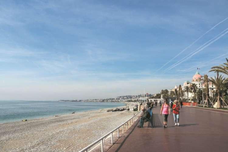 ビーチ沿いに延びる散歩道、プロムナード・デザングレ