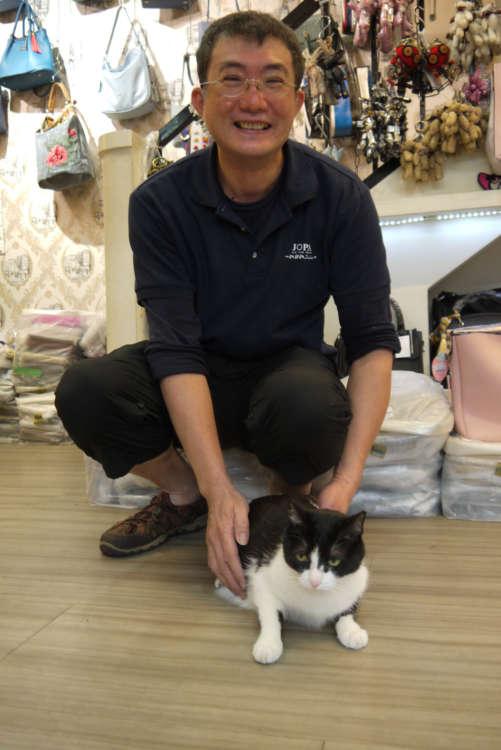 猫好きの店員楊朝景さんと
