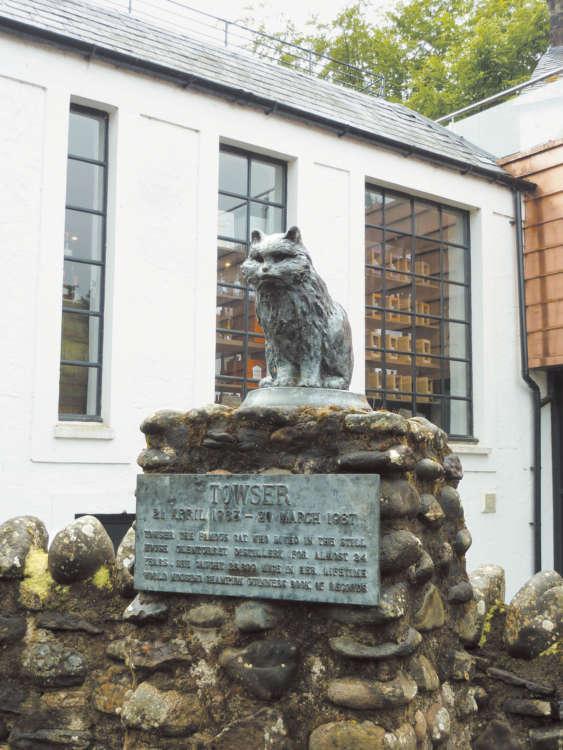 ネズミ捕りのギネス記録を持つタウザーの銅像は、蒸留所内でもひときわ目立つ場所にあります