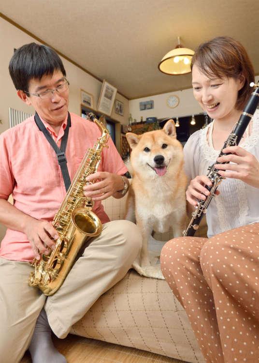 全員が楽器を得意とする佐久間さん一家。定春だけは演奏はできないけれど、側にいて参加しているつもり?