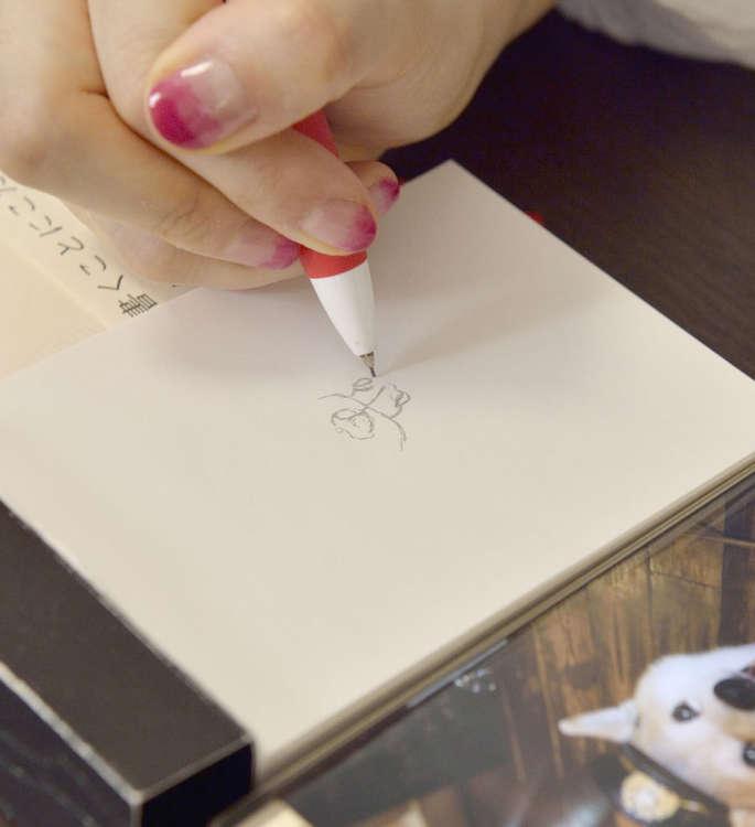 最初は鉛筆で下書きをする。ポイントは鼻から描くこと。全体のバランスをとるためにも絶対なのだそう。