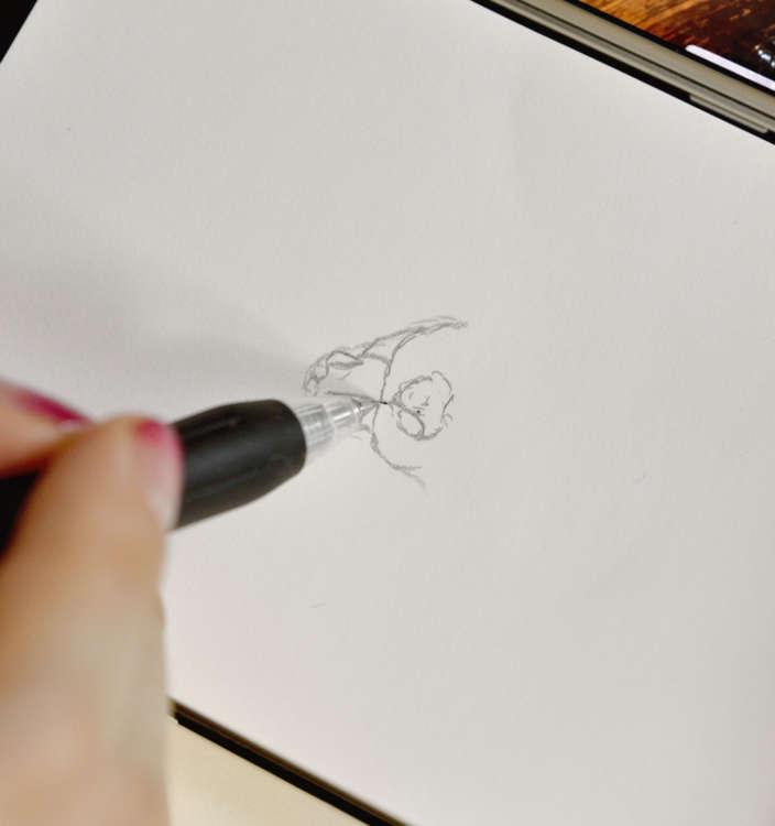 ボールペンで下書きをなぞる。ひげの小さな穴など、細かいところも描くのが西田さんのイラストの特徴。
