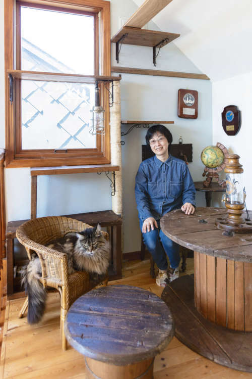 猫の遊び場奥のカフェスペースでくつろぐサトウノリエさん