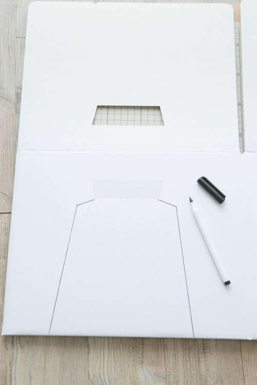 猫の体の幅より広い左右幅で、出入り口用の穴をペンで型取る。デザインはお好みで。