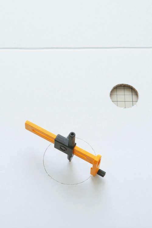 側面にも遊び用、のぞき用の穴を円形カッターで開ける。