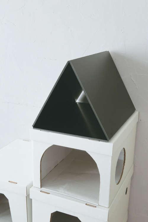 三角形にしたボードをハウスの上に載せ、底をテープで接着する。
