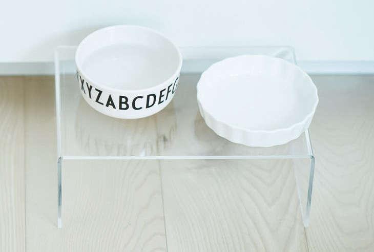 無印良品のアクリル仕切棚は皿2枚が並べられ、透明なので床に置いても見た目すっきり