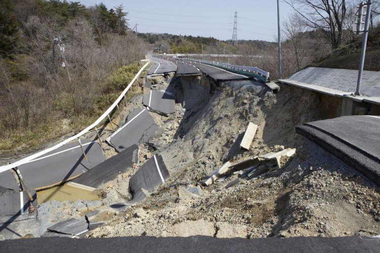 余震や津波の心配の他、道路が崩壊している場所も多かった。
