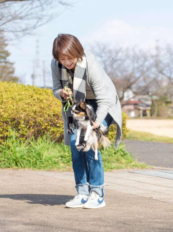 散歩デビューの時に歩いて慣れたアスファルトに近い感触の場所(コンクリートなど)に下ろす。