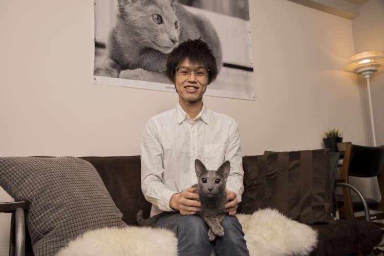 辰川さんと愛猫ごまくん(1才・オス/ロシアンブルー)