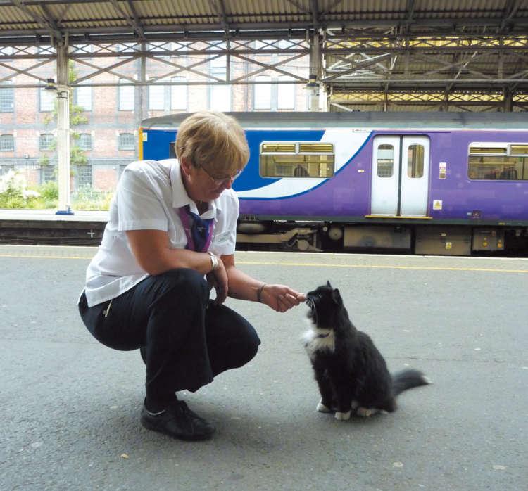 2011年から駅で働くフェリックスと駅員さんは仲良し