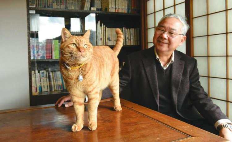 生誕100年を記念し再現された書斎にて、大原館長と
