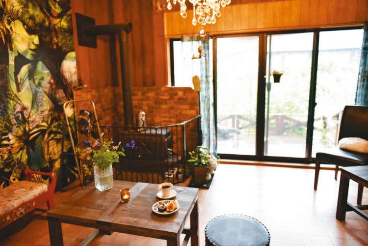薪ストーブがある洋室カフェは、どこか懐かしい雰囲気