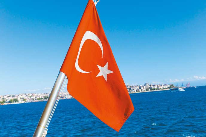 ボスポラス海峡の海と空に国旗が映える