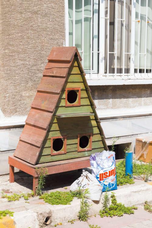 手作りした猫用の小屋も多く見られる。