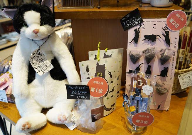場所柄、お土産にも手頃な猫型「キャットシュガー」やティースプーンも人気