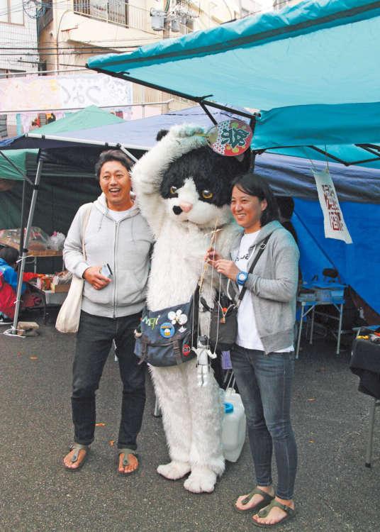 昨年、FUJI ROCK FESTIVALへの出演を果たした大人気のアーティスト「むぎ」(中央)も応援に
