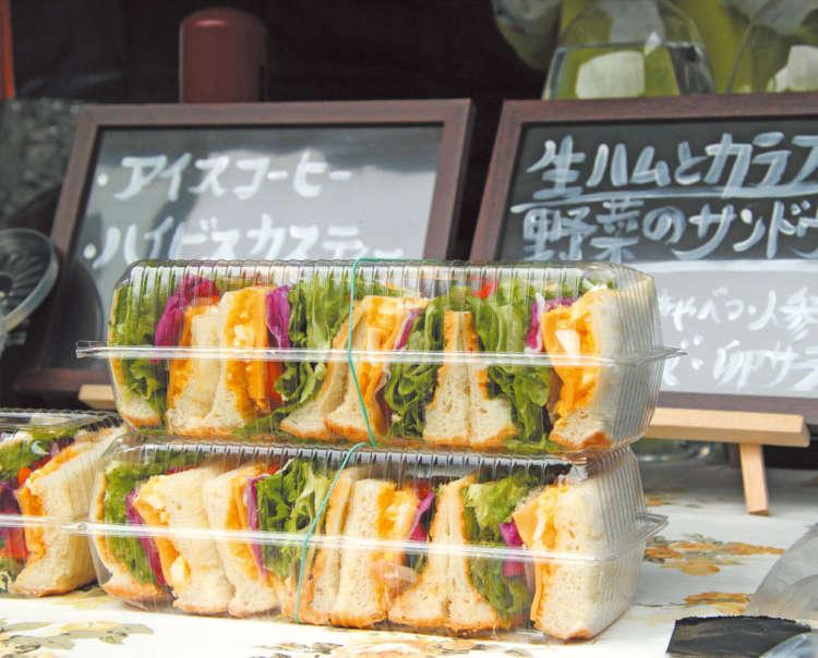 サンドウィッチや、ベトナム料理に韓国料理、キッシュにヴィーガンお菓子、チュロスなどが並ぶ。目移りするにゃ~