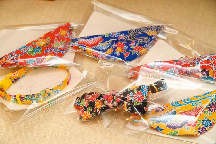 ひとつひとつ手作りの琉球紅型の首輪は大人気