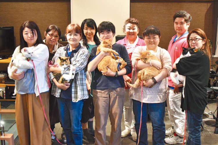 ロイヤルシャスタ(アニマルセラピスト養成スクール)安城猫クラスのメンバーと愛猫たち。近藤さん左が筆者(撮影・ロイヤルアシスタントドッグ 山口代表)
