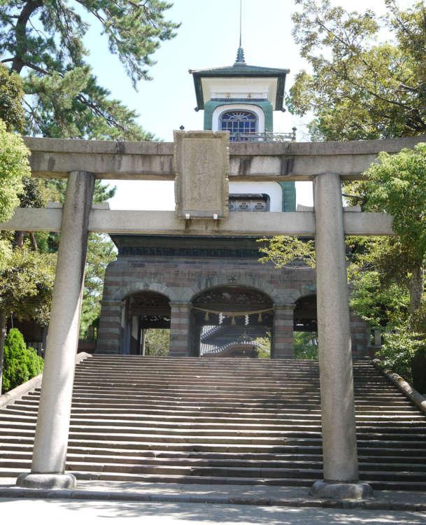 尾山神社は鳥居と洋風建築の組み合わせが特徴