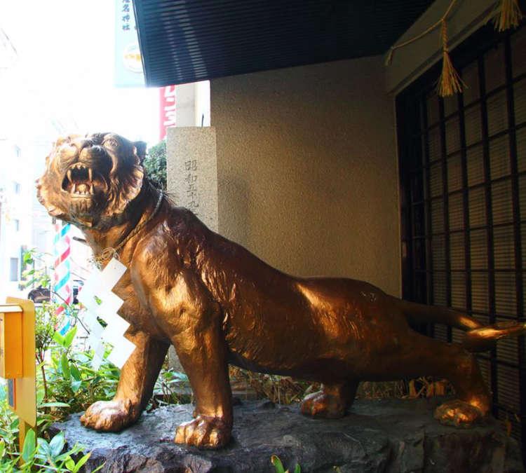 勇ましい虎の像が目印