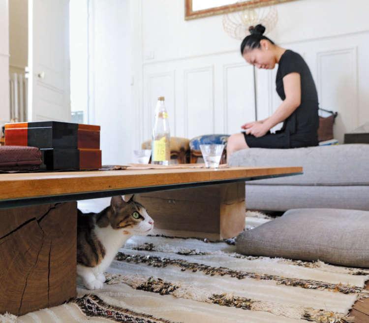 ディナーの準備でさくらさんが忙しいときは、テーブルの下で控えます