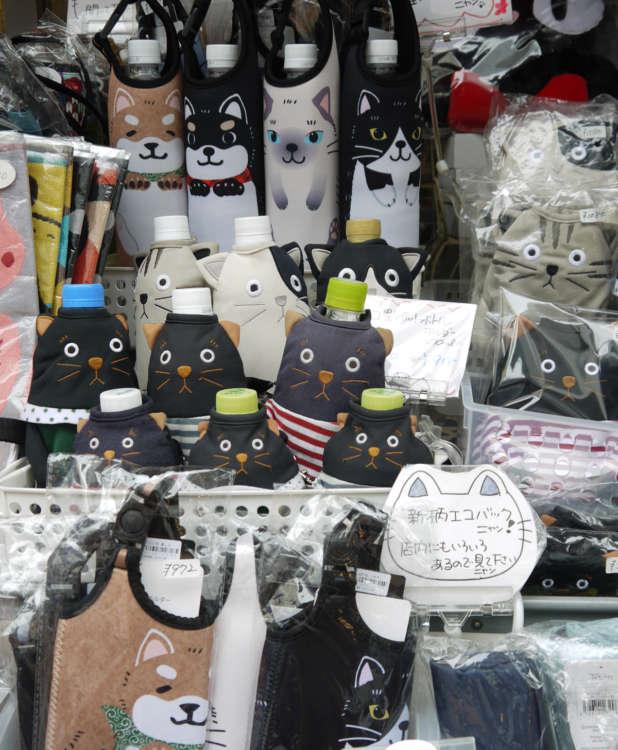 店頭に並ぶ黒猫グッズ