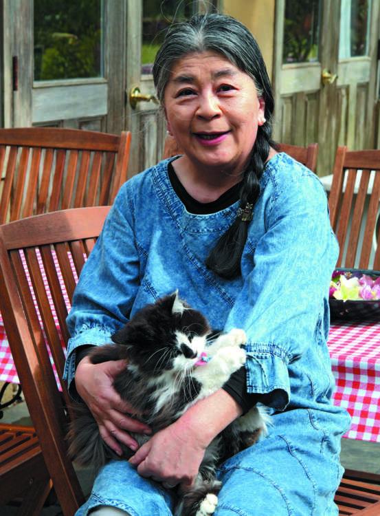 節江さんとレア。猫たちと薔薇との生活はシンプルでナチュラル。好きなものに囲まれた、憧れの生活です