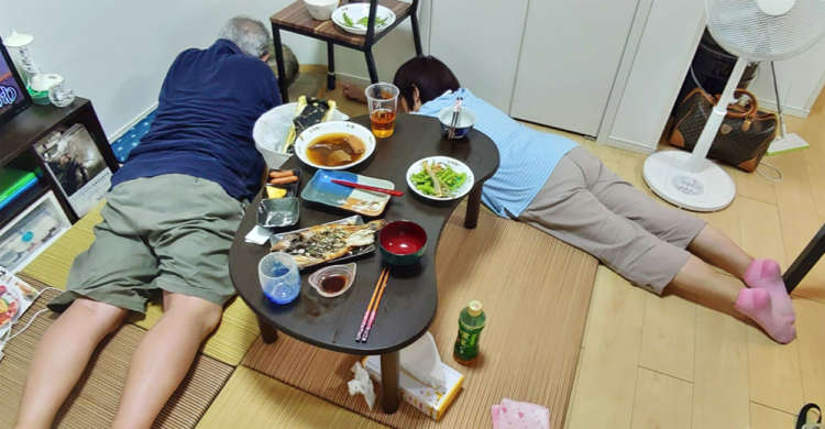 【そろって首ったけ♡】ネコに興味のない両親が泊まりに来た → 1時間半後の様子はというと…(笑)
