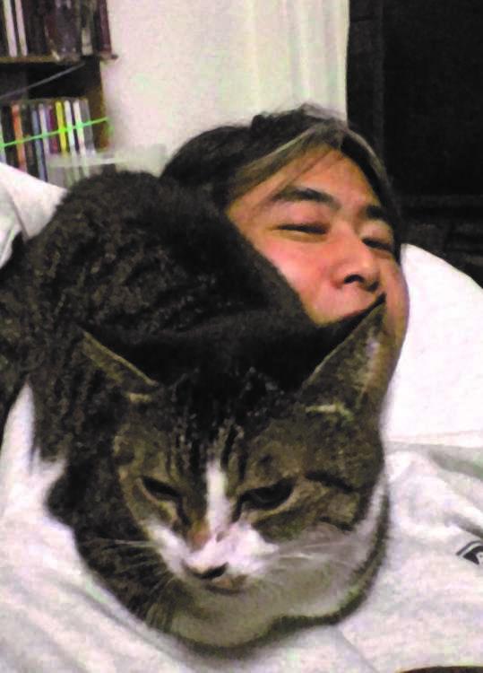 ハナ(推定14歳♀)と彌永さん。寒い夜は彌永さんのお腹の上で寝るので辛い寝起きもしばしばだとか