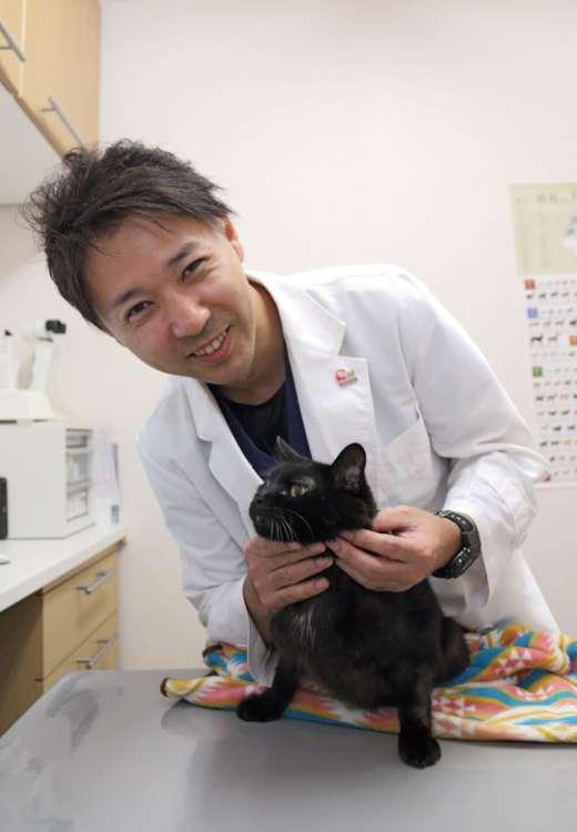 猫派! を自称する金子先生と看板猫のクララ