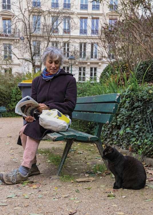 自由猫の世話を14年来続けているクリスティーヌさんと、公園に住む猫の一匹、ココ(♀)